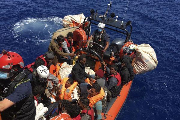 26.06.20. Près de 110 migrants fuyant la Libye secourus par le navire humanitaire Ocean Viking, au large de l'île italienne de Lampedusa.