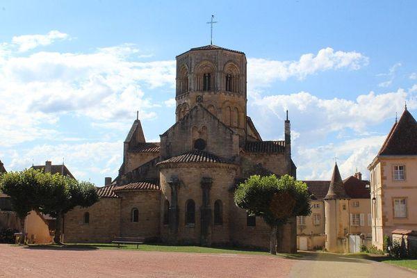 La Collégiale Saint-Hilaire de Semur-en-Brionnais.