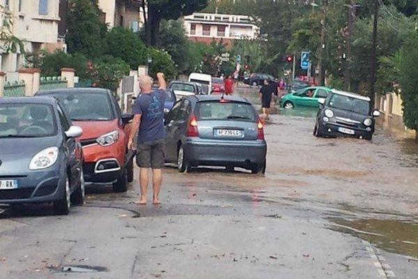 Une rue inondée de La Seyne-sur-Mer