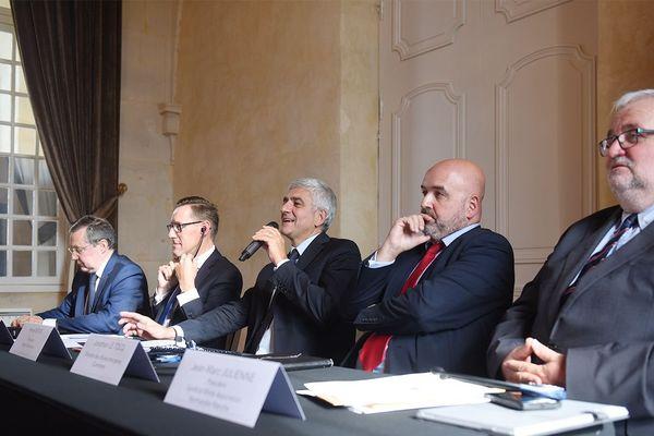 Hervé Morin, le président de la région Normandie s'exprime à l'issue du sommet. A sa droite, Ian Gorst, le premier ministre de Jersey.