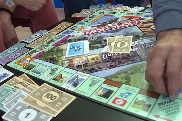 En achetant des villages, des stations de ski, ou des sites du patrimoine ariégeois ce Monopoly permet aux joueurs de découvrir les richesses connues et moins connues de ce département.