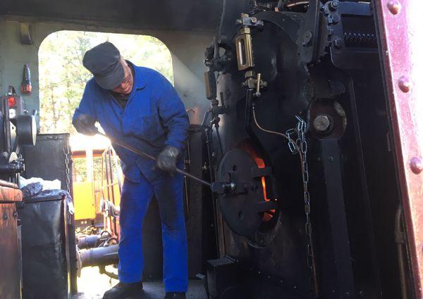 Les conducteurs et les agents à bord du train sont formés par les bénévoles de l'association Trains et traction.