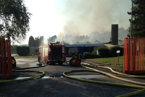 De la fumée était encore visible vendredi, sept heures après le début de l'incendie