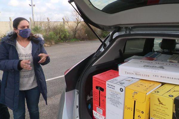 Cette Anglaise estime qu'il reste encore de la place dans le coffre de sa voiture pour acheter d'autres bouteilles.