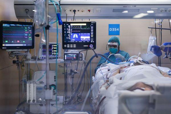 Un patient souffrant du covid-19 dans un service de réanimation