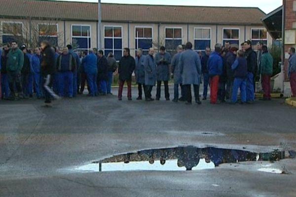 Les salariés de DMI se sont rassemblés devant la fonderie de Vaux (Allier) mardi matin. Ils ont décidé de bloquer les expéditions en attendant d'avoir des certitudes sur leur avenir.