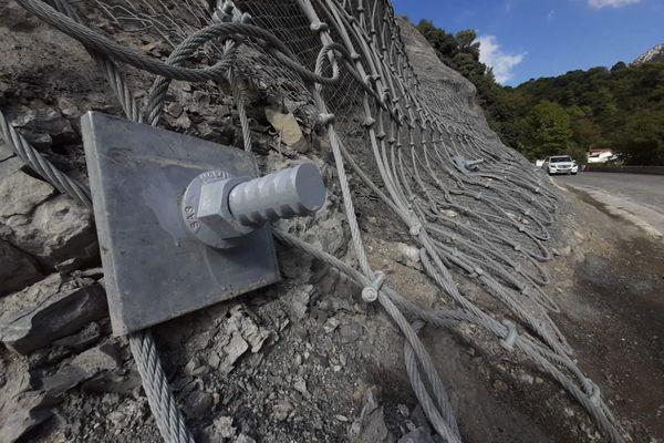 Le département des Alpes-Maritimes en charge des routes a procédé à des travaux de confortement de la falaise.