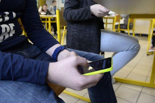 L'utilisation intempestive du téléphone en cours peut coûter des points aux collégiens.