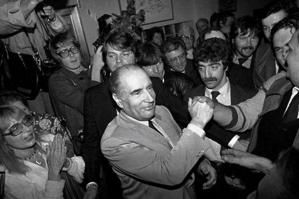 François Mitterrand le 10 mai 1981 au soir de son élection au « Vieux Morvan » à Château-Chinon, ville dont il fut le maire.