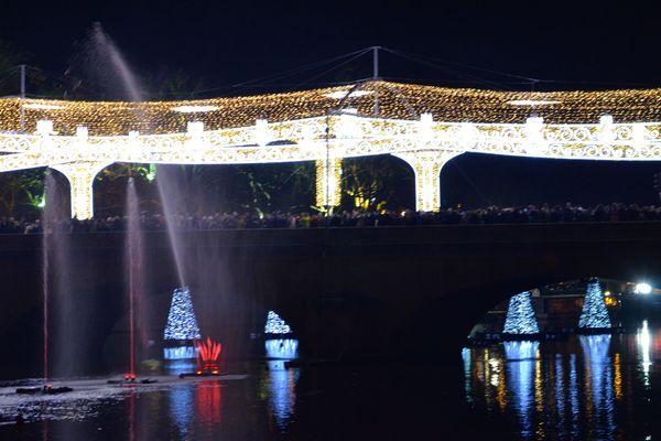 Le pont Aristite Briand n'a plus d'allure républicaine... lumière royale.