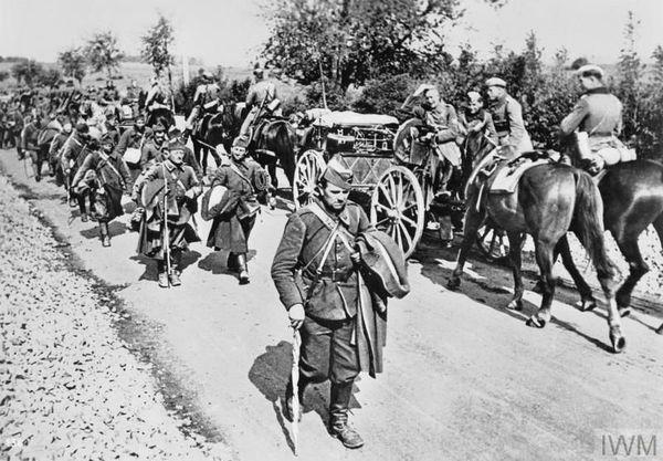 Des prisonniers belges moqués par des soldats allemands en mai 1940.