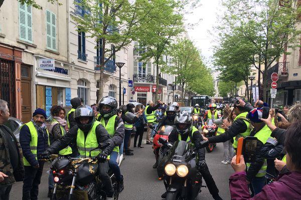 200 Gilets jaunes ont défilé samedi 4 mai dans les rues de Vichy, dans l'Allier. Parmi eux, de nombreux motards venus pour la plupart du sud de la France.