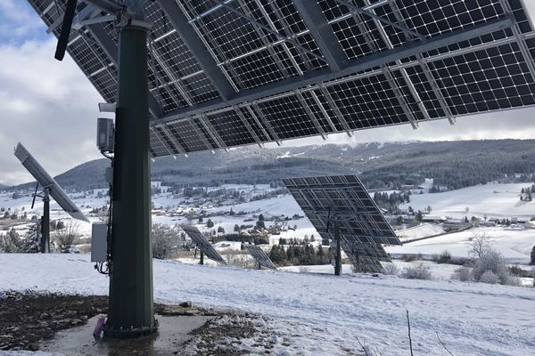 Ces grands panneaux photovoltaïques surplombent la vallée, installés au pied du Mont d'or, ils sont en fonctionnement depuis 1 mois