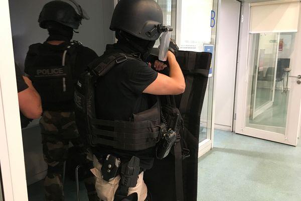 Des policiers à l'entraînement pour une simulation de prise d'otage à Schiltigheim
