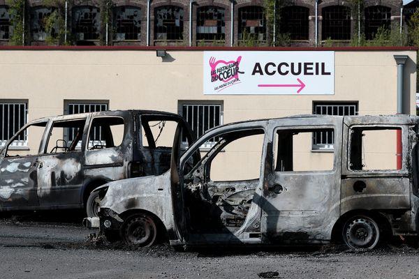 Des véhicules incendiées devant les locaux des Restos du coeur, le 1er mai dernier.