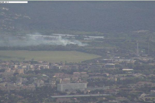 L'incendie est visible de loin, il est à quelques centaines de mètres des habitations.