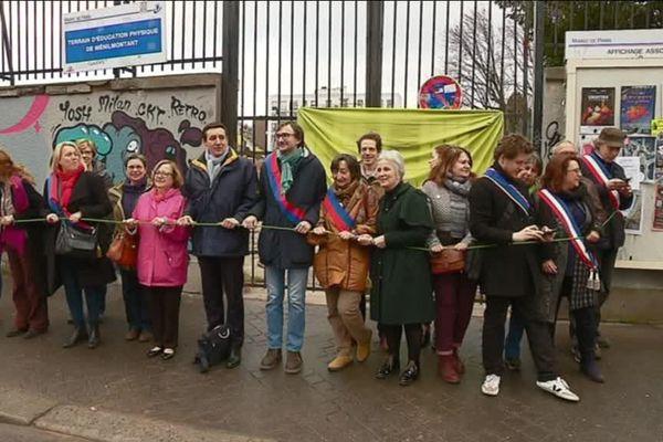 Une chaîne humaine ce matin pour défendre le TEP de Ménilmontant contre le projet immobilier de la mairie de Paris.