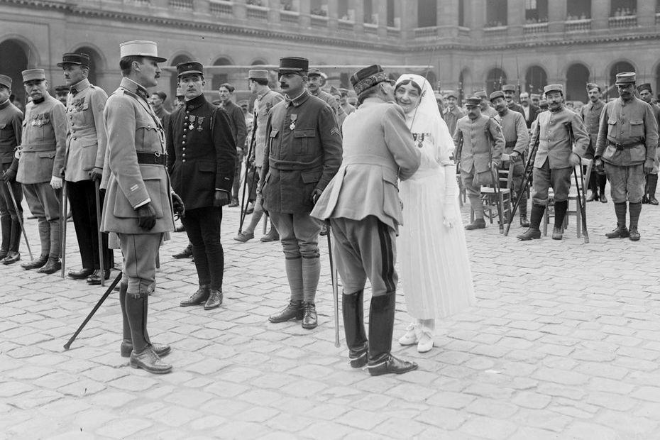 11 novembre 1918 : les femmes, ces oubliées de la Grande Guerre. 5edf713286e89_aux_invalides_le_general_parreau_.agence_rol_btv1b53003774k_1-3919472