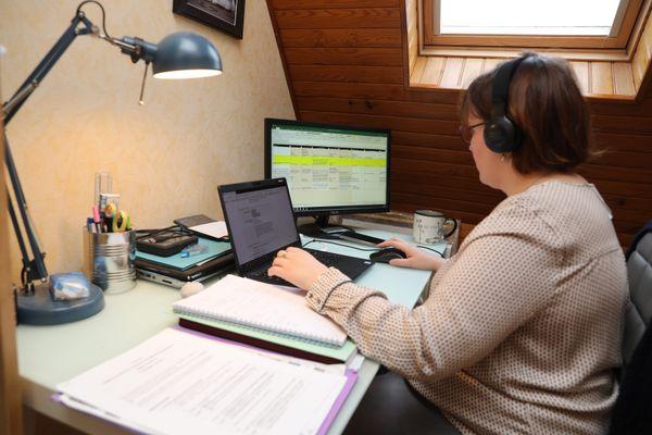 Un salarié travaille dans un bureau amenagé à son domicile pendant la pandémie du Covid 19 à Mulhouse.