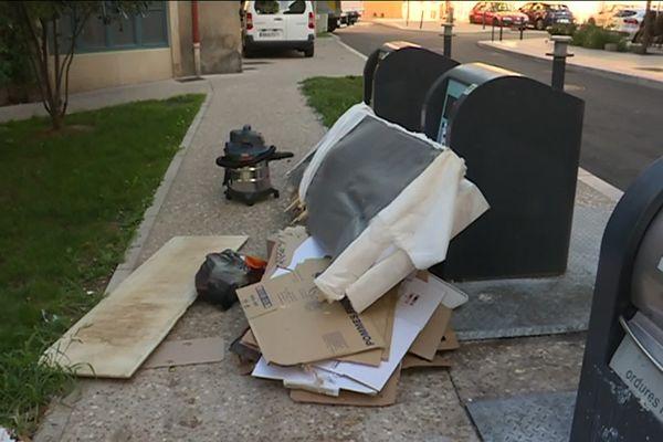 Des dépôts d'ordures sauvages, à l'extérieur des containers spécifiques à Mâcon