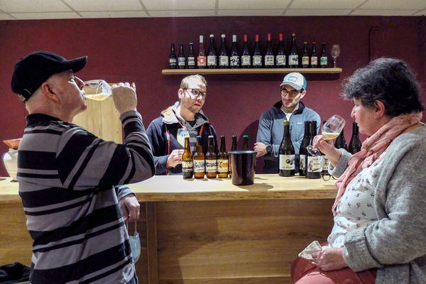 Dégustation de bière dans le chai du château Les Croisilles