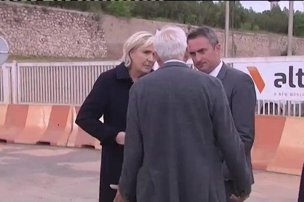 Marine Le Pen devant l'usine Altéo fermée ce dimanche à Gardanne