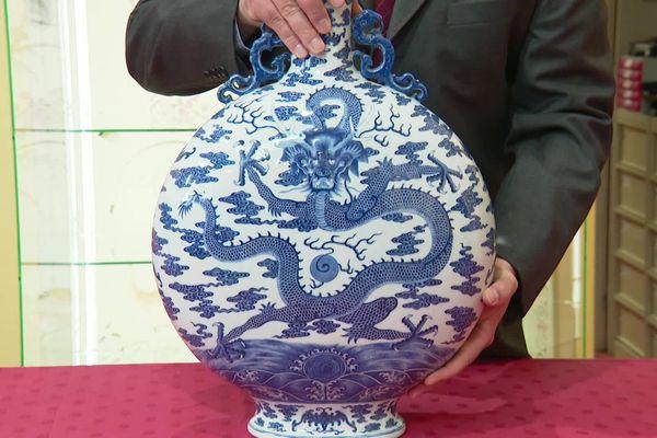 Une gourde chinoise en porcelaine du 18ème siècle.