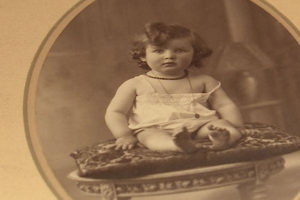 Le portrait de la jeune Jeanine Lenoble.