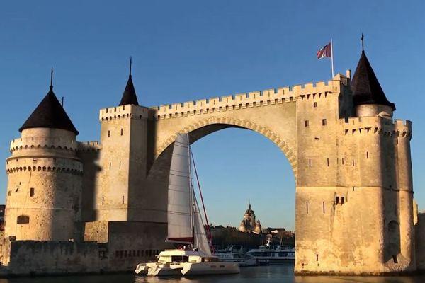 Grâce à des effets spéciaux, Florian Massonnet a reconstitué les tours de La Rochelle reliées par une arche