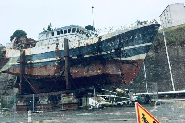 L'épave du Bugaled Breizh au port militaire de Brest