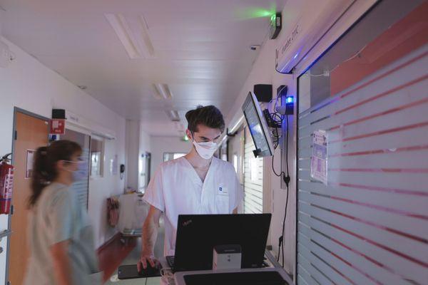 Ludovic est interne en deuxième année. Le personnel hospitalier en réanimation prend en charge jour et nuit, sept jours sur sept, les patients atteints du Covid-19