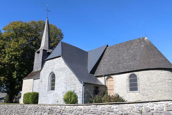 L'église Saint-Martin de Baives et son arbre séculaire.
