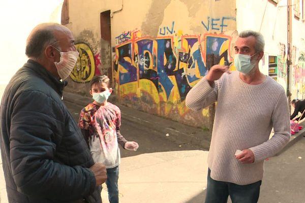 """Perpignan - Nick Gimenez, le """"sage du quartier Saint-Jacques"""" sensibilise les habitants à de meilleures conditions d'hygiène pour lutter contre l'épidémie de coronavirus - avril 2020."""