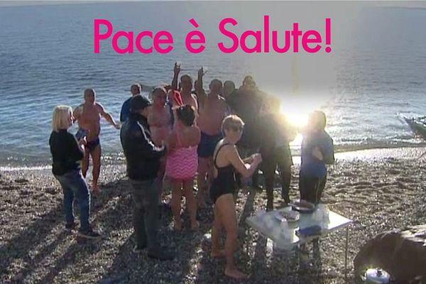 01/01/17 - Une dizaine de baigneurs se sont mis à l'eau à Bastia (Haute-Corse) pour le traditionnel bain du Nouvel An