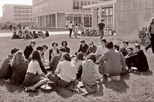 Des étudiants contestataires de la Faculté des Lettres et des Sciences Humaines de Nanterre occupent le campus de la faculté.