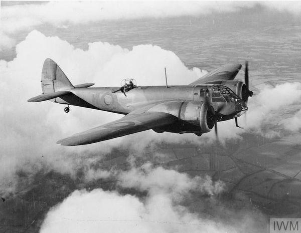 Un Bristol Blenheim du 107 Squadron de la RAF. On aperçoit le mitrailleur dans sa tourelle (photo non datée).