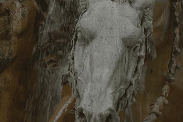 Réalisme et dynamisme de la structure.. la fontaine est un chef d'oeuvre : les chevaux semblent ainsi jaillir de l'eau, emportés dans un élan irrésistible.