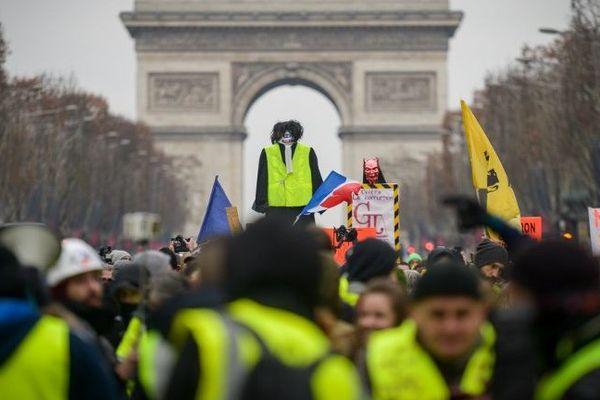Des gilets jaunes sur l'avenue des Champs-Elysées, lors de l'Acte VIII du mouvement, le 5 janvier 2019.