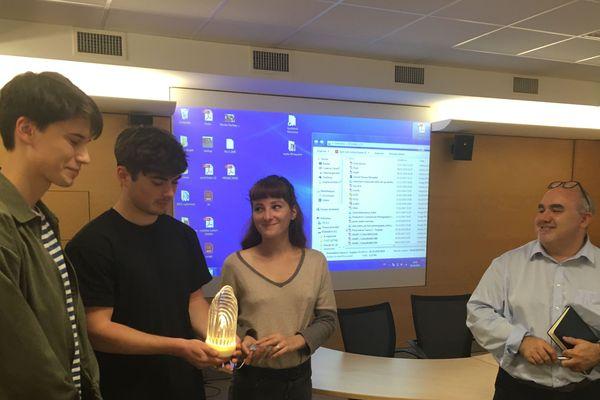 Les lauréats du concours de design, salués par le directeur régional de France 3