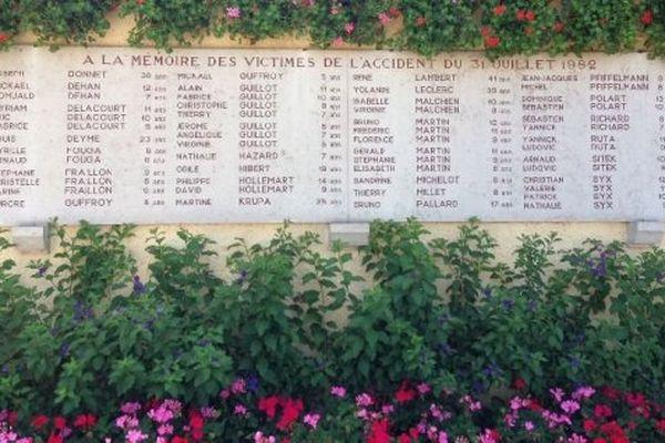 La stèle avec le nom des victimes de l'accident de Beaune