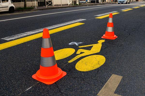 """En France, 1000 kilomètres de pistes cyclables provisoires ont été aménagées pour préparer le déconfinement et éviter le """"tout voiture"""""""