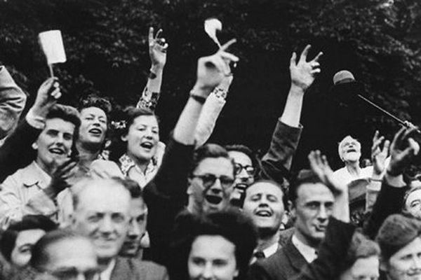 La foule en liesse lors de la Libération de Paris, le 25 août 1944.