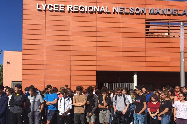 La minute de silence des élèves du lycée régional Nelson Mandela