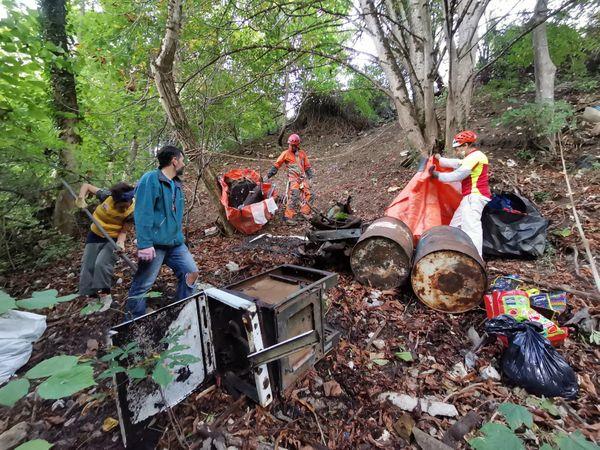 Les déchets sont souvent situés dans des zones difficiles d'accès, à l'abri des regards, comme ici en contre-bas d'une route.