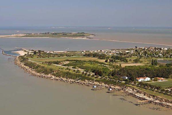 Au fond, l'Île Madame et le chemin qui permet d'y accéder à marée basse.