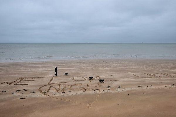 """""""We Love Ukip Nige"""" tracé dans le sable d'une plage du Kent alors que le parti europhobe Ukip tient son second jour de congrès à Margate"""