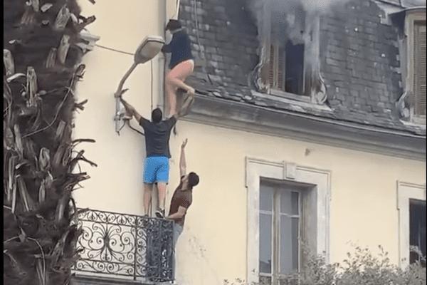 Le 10 août 2021 à Tarbes (Hautes-Pyrénées), deux hommes sauvent une femme de 74 ans piégée par les flammes dans son appartement.