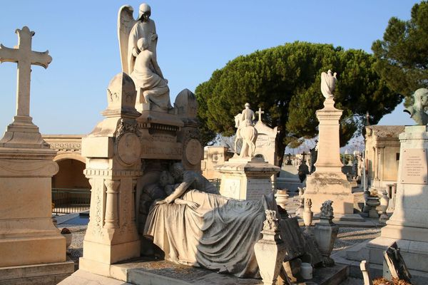 """Le cimetière Saint-Pierre à Marseille abrite notamment les sépultures de Gaston Deferre, d'Antonin Artaud, et le fameux """"dernier baiser""""."""