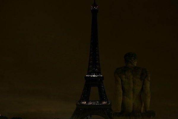 La tour Eiffel éteinte après l'attentat de Barcelone.
