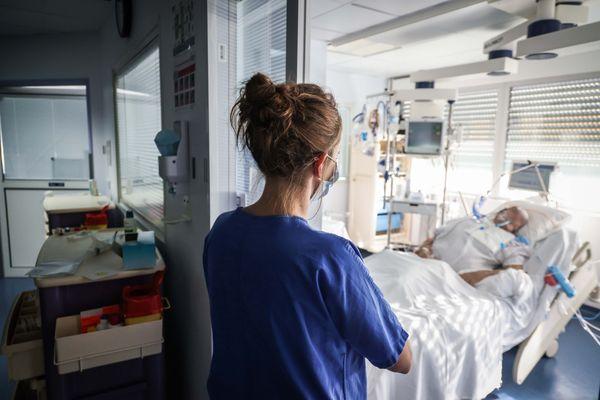 Une infirmière en service de réanimation.